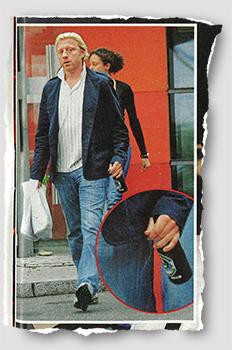 Paparazzi-Foto von Boris Becker, der offenbar einen Parkplatz überquert. In seiner Hand hält er eine Bierflasche.