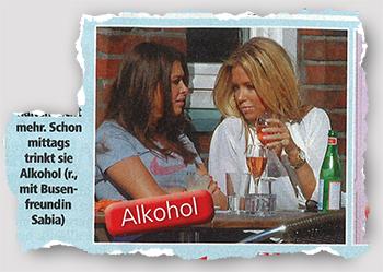 Schon mittags trinkt sie Alkohol (r., mit Busenfreundin Sabia)