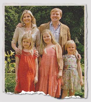 [Ein Familienfoto. Vorne stehen die drei Kinder, dahinter Maxima und Willem-Alexander. Maxima hat ihre Hände auf die Schultern einer ihrer Töchter gelegt.]