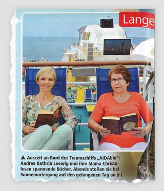 """Auszeit an Bord des Traumschiffs """"AIDAblu"""": Andrea Kathrin Loewig und ihre Mama Christa lesen spannende Bücher. Abends stoßen sie bei Sonnenuntergang auf den gelungenen Tag an."""