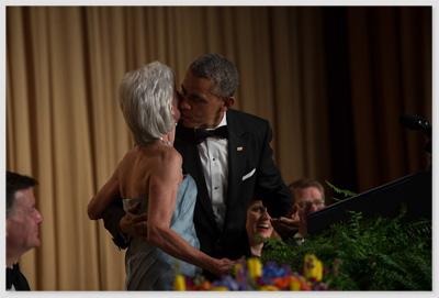 Das Foto zeigt US-Präsident Barack Obama, der Kathleen Sebelius einen Kuss auf die Wange gibt - und nicht auf den Mund.