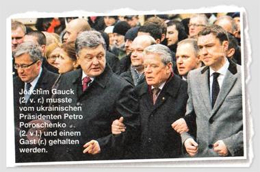 Joachim Gauck musste vom ukrainischen Präsidenten Petro Poroschenko und einem Gast gehalten werden.